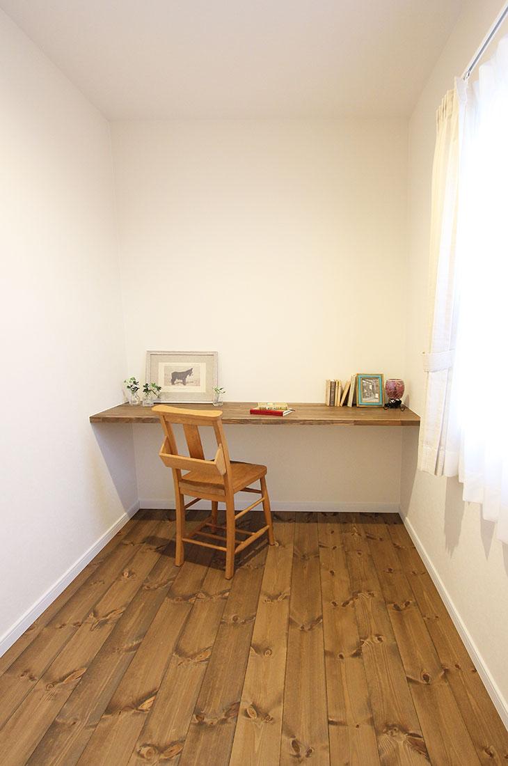 小高い丘に建つフレンチビターな家 書斎