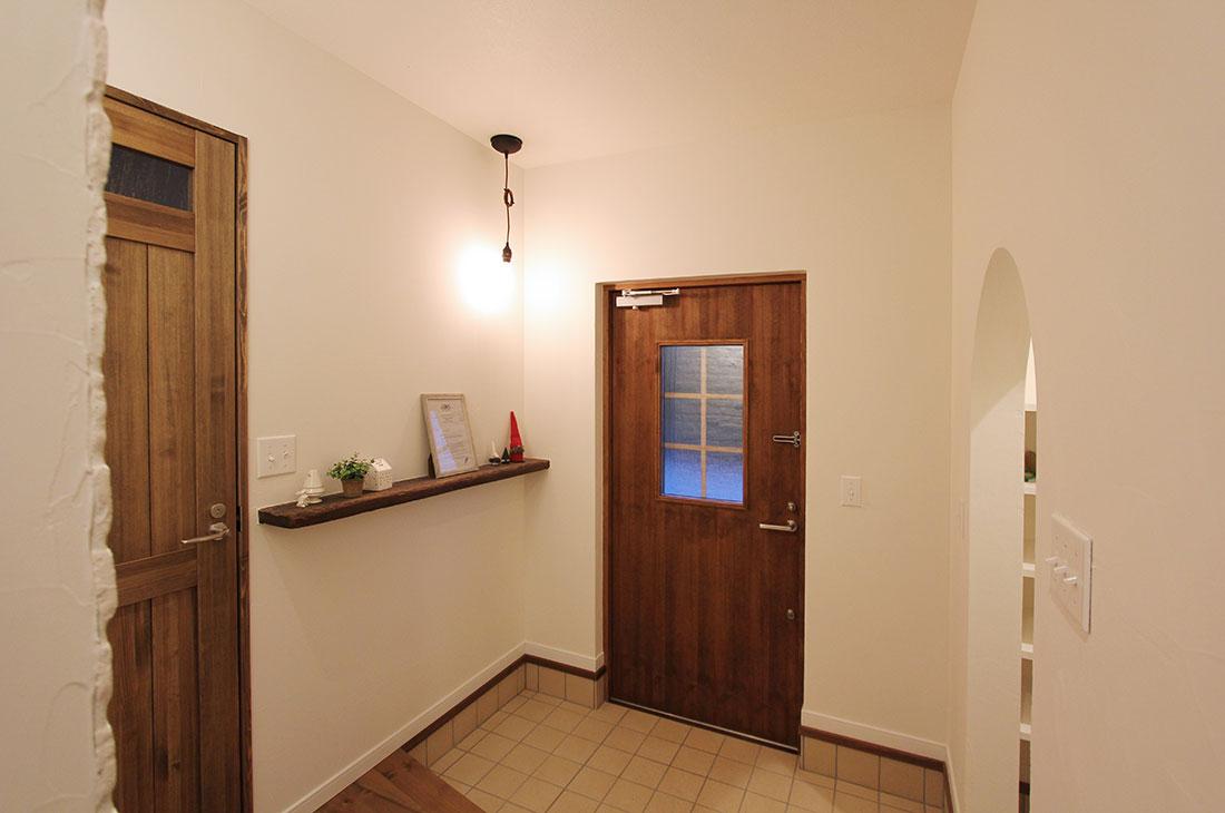 小高い丘に建つフレンチビターな家 玄関ホール