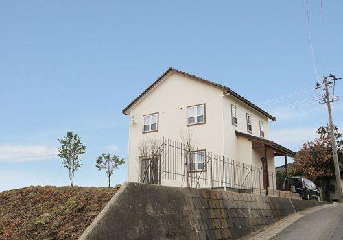 小高い丘に建つフレンチビターな家 外観