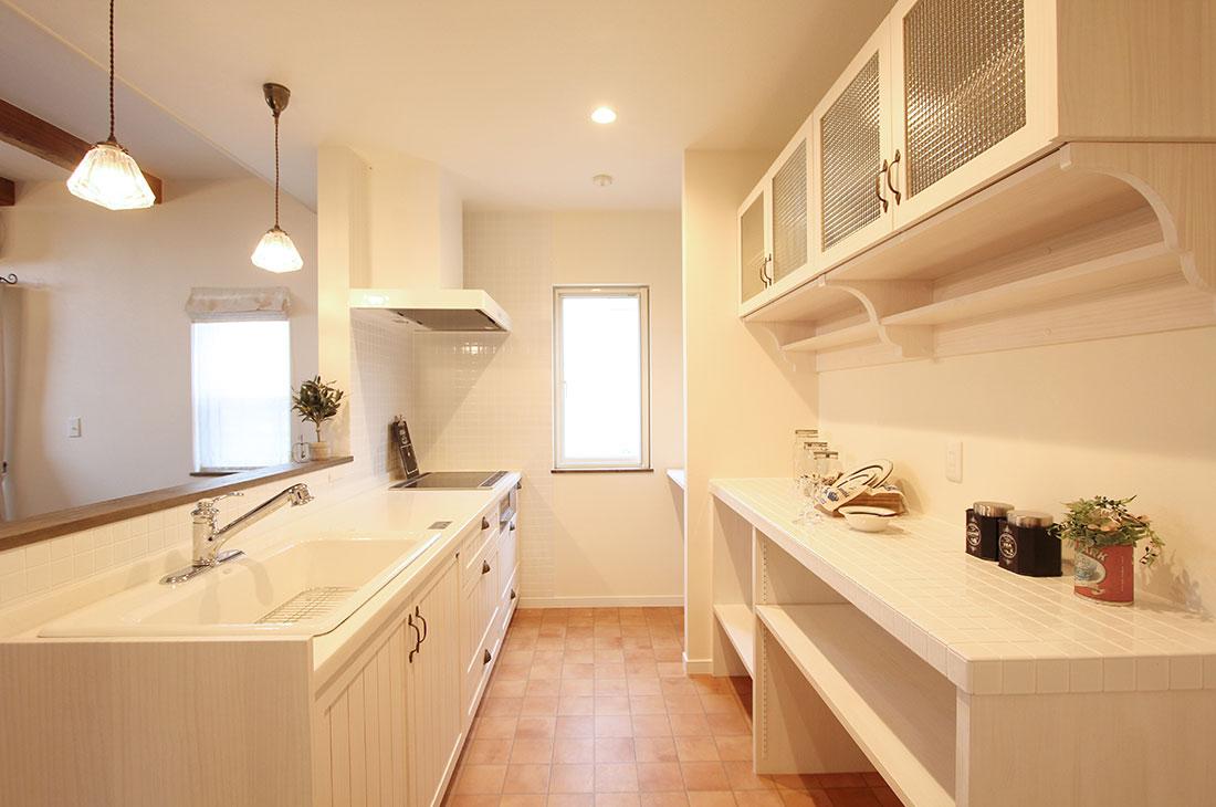 高台に見えるナチュラルかわいいお家 キッチン