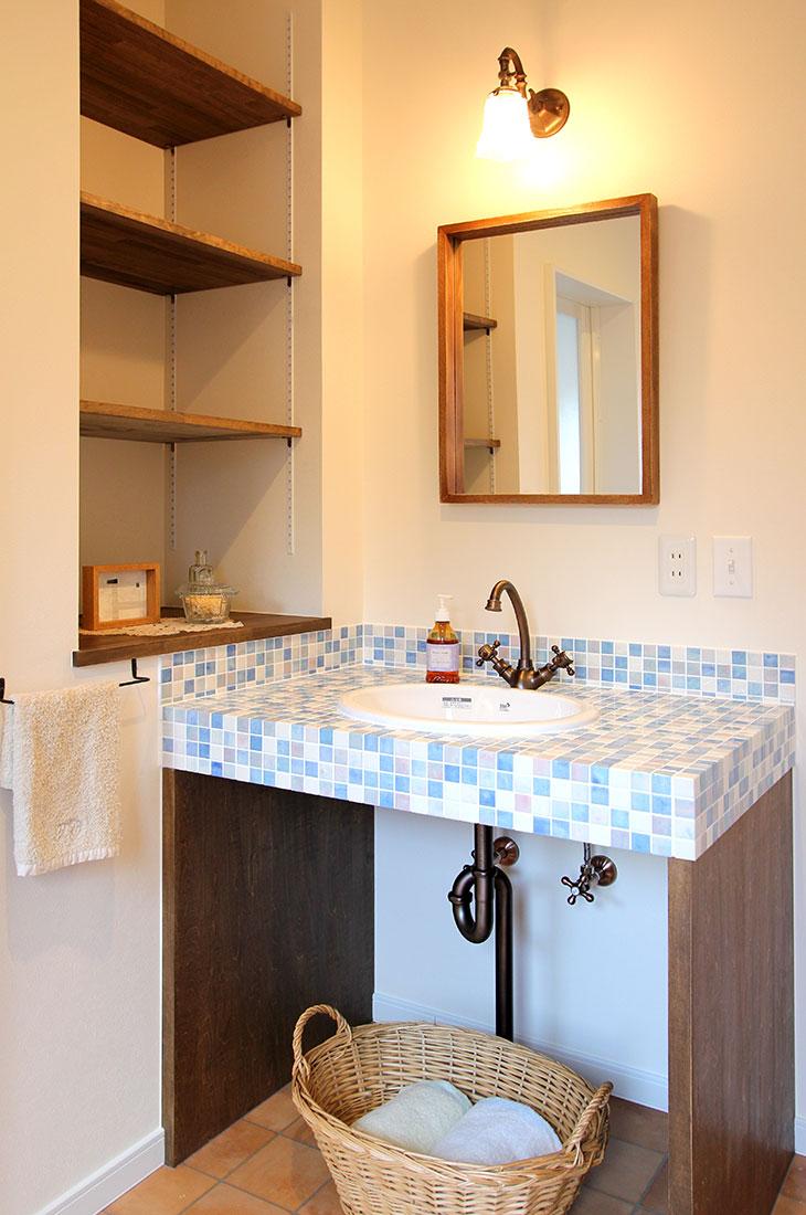 高台に見えるナチュラルかわいいお家 洗面所