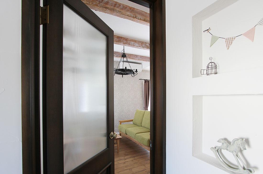 小鳥が囀るスプリンググリーンの家 ドア