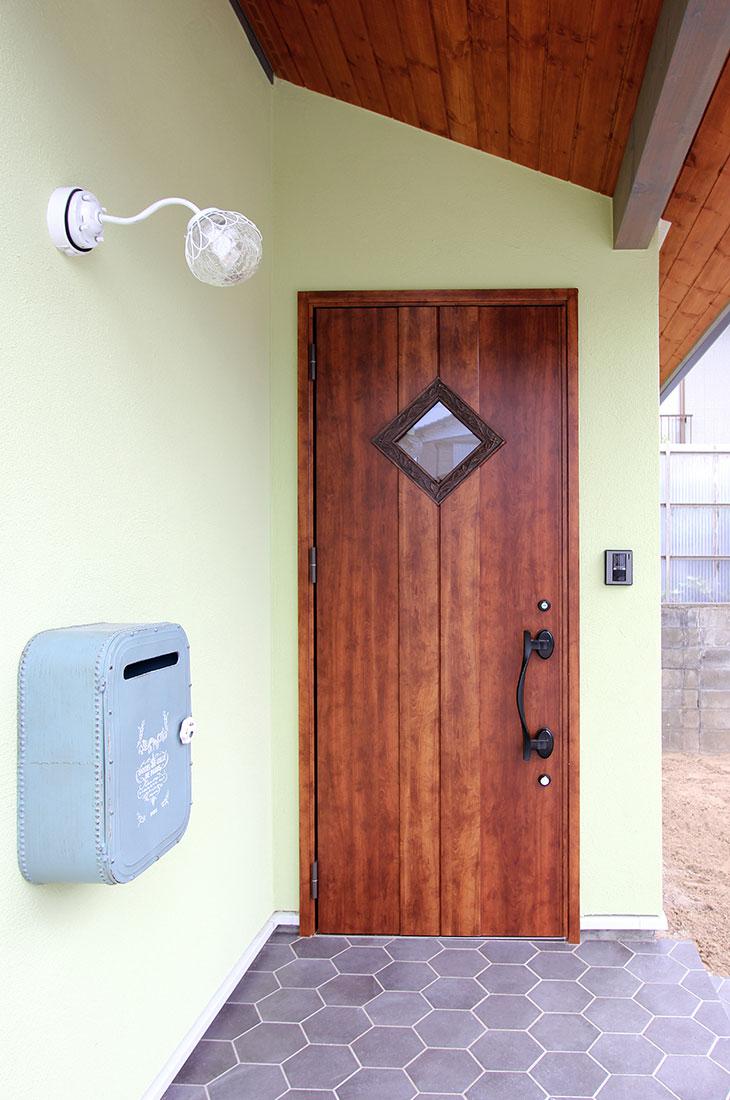 小鳥が囀るスプリンググリーンの家 玄関