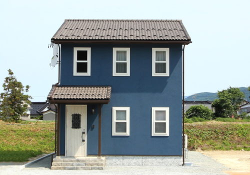クラシカルネイビーブルーの塗り壁の家
