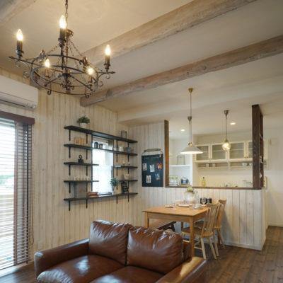 mamanママンの家の見せ梁はアンティーク加工を手作業で行ってヨーロッパテイストのおしゃれでかわいいお家に仕上げます。