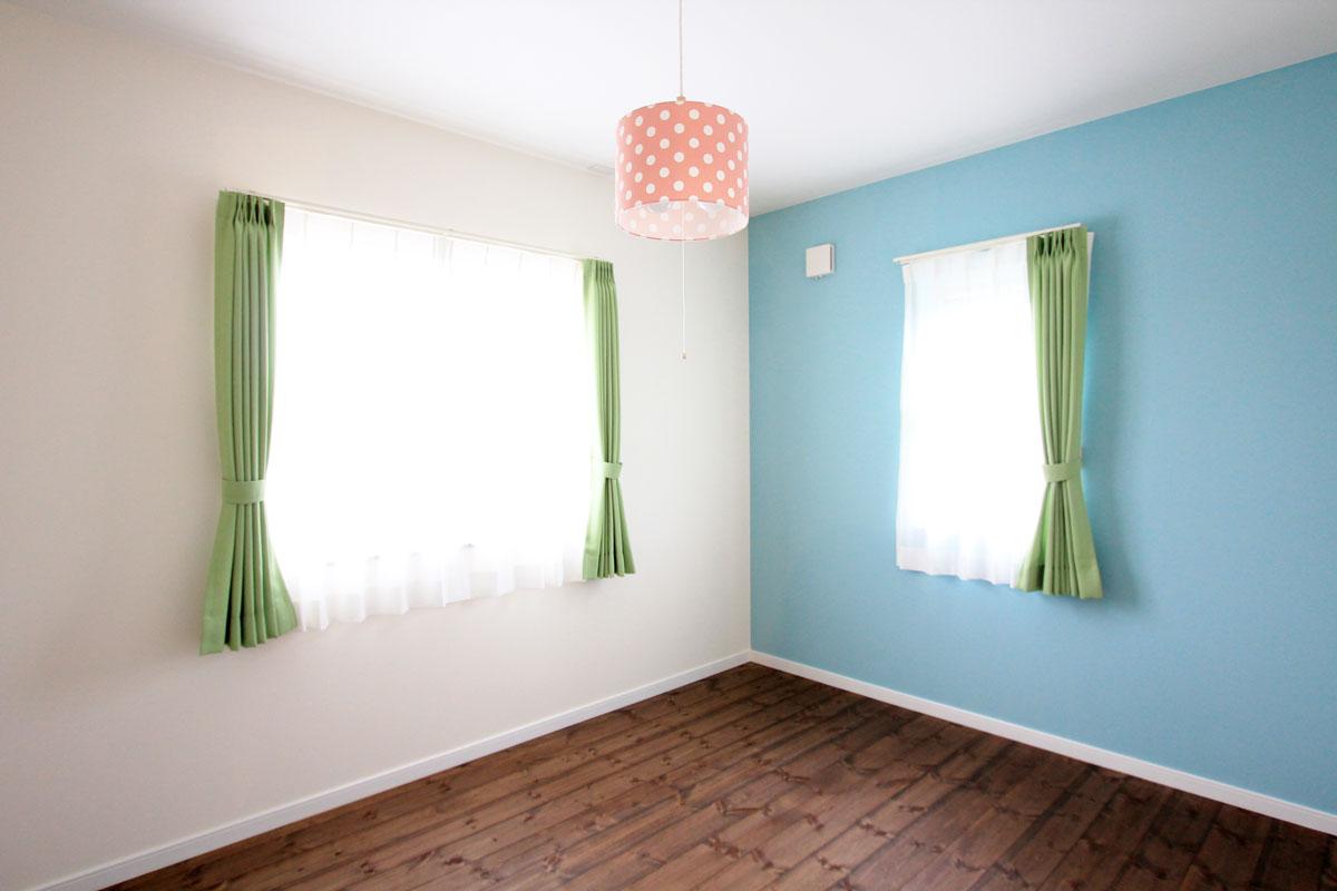 壁をブルーにペイントした子供部屋