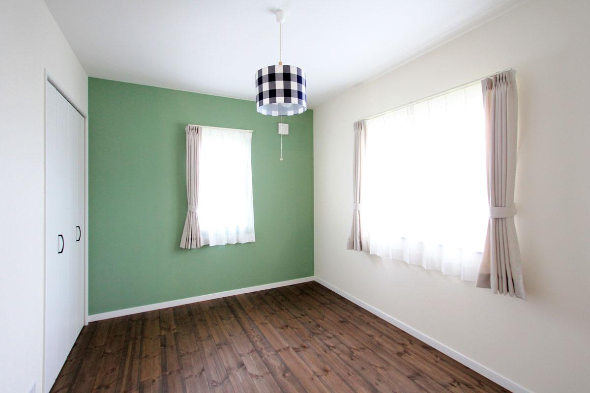 壁をグリーンにペイントした子供部屋