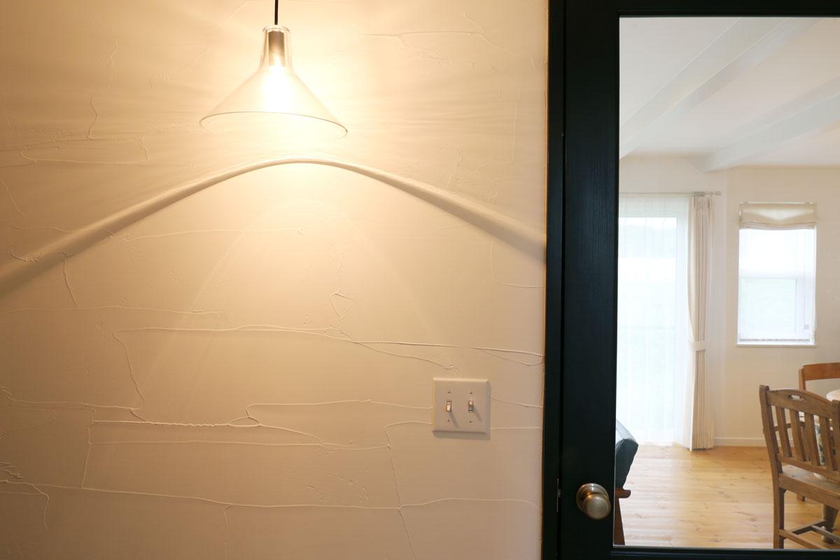 田園に佇むブルーグレーの塗壁のMamanの家。30Sタイプ。玄関ライト【酒田鶴岡で新築、デザイン住宅、リノベーションの工務店 ナチュラル工房伊藤住宅】