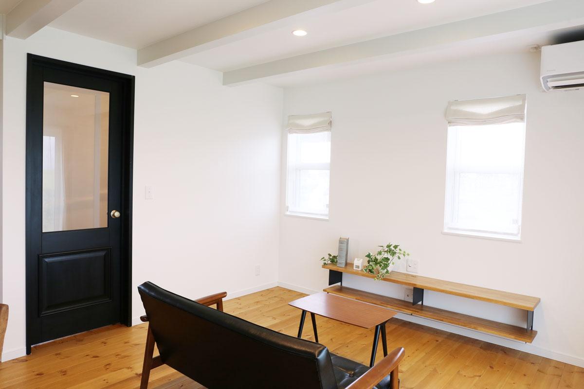 田園に佇むブルーグレーの塗壁のMamanの家。30Sタイプ。リビング【酒田鶴岡で新築、デザイン住宅、リノベーションの工務店 ナチュラル工房伊藤住宅】