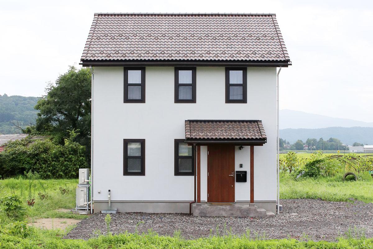 田園に佇むブルーグレーの塗壁のMamanの家。30Sタイプ。外観【酒田鶴岡で新築、デザイン住宅、リノベーションの工務店 ナチュラル工房伊藤住宅】