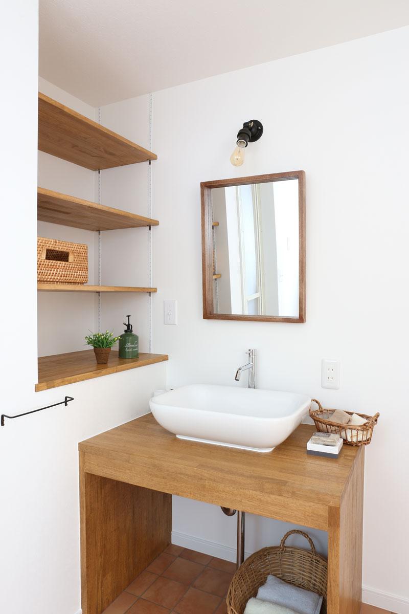 Mamanの家34Nタイプの施工例。洗面台。見せ梁やデザインコンクリート、無垢の床などナチュラルテイストに溢れたお家が完成しました。【酒田鶴岡で新築、デザイン住宅、リノベーションの工務店 ナチュラル工房伊藤住宅】
