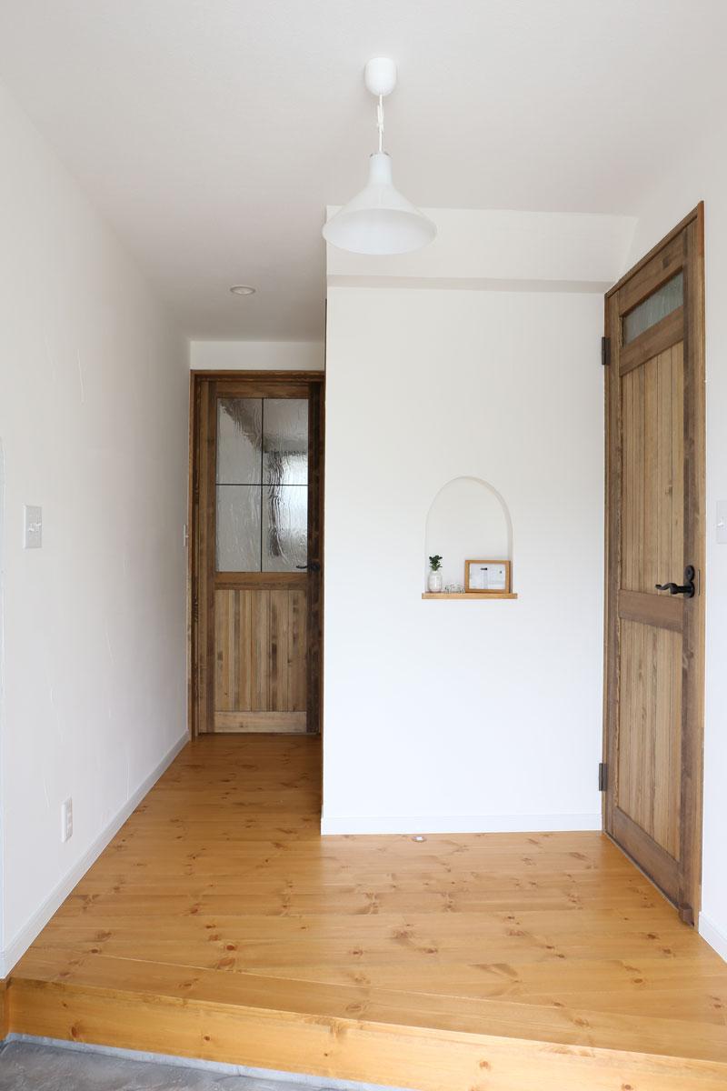 Mamanの家34Nタイプの施工例。玄関。見せ梁やデザインコンクリート、無垢の床などナチュラルテイストに溢れたお家が完成しました。【酒田鶴岡で新築、デザイン住宅、リノベーションの工務店 ナチュラル工房伊藤住宅】