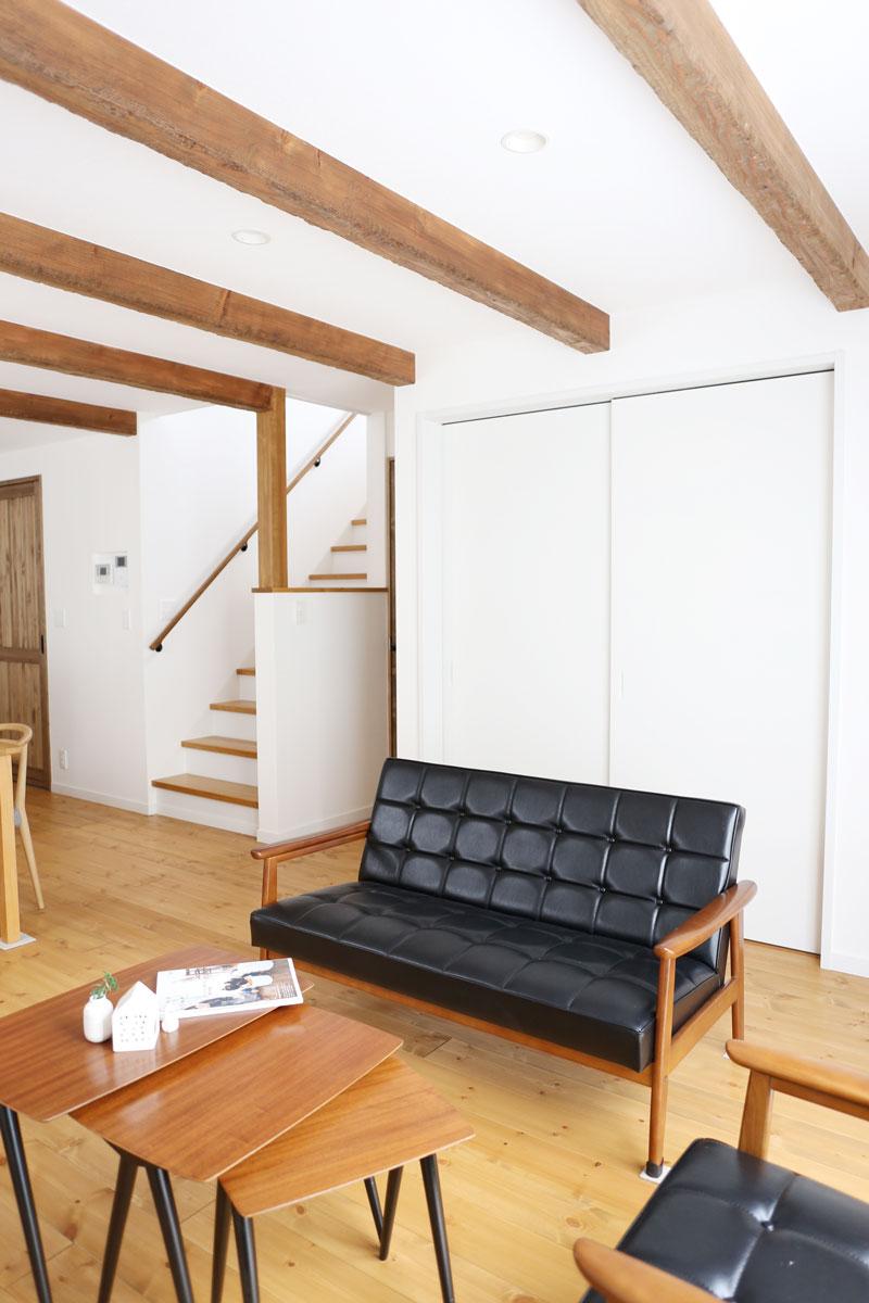 Mamanの家34Nタイプの施工例。リビング。見せ梁やデザインコンクリート、無垢の床などナチュラルテイストに溢れたお家が完成しました。【酒田鶴岡で新築、デザイン住宅、リノベーションの工務店 ナチュラル工房伊藤住宅】