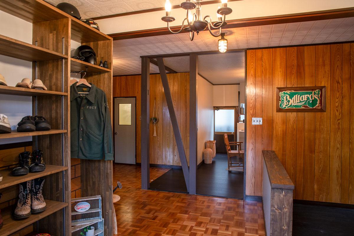 玄関。平屋をリノベーションしたビリヤードルームとビルトインガレージのあるかっこいいお家。【酒田鶴岡で新築、デザイン住宅、リノベーションの工務店 ナチュラル工房伊藤住宅】