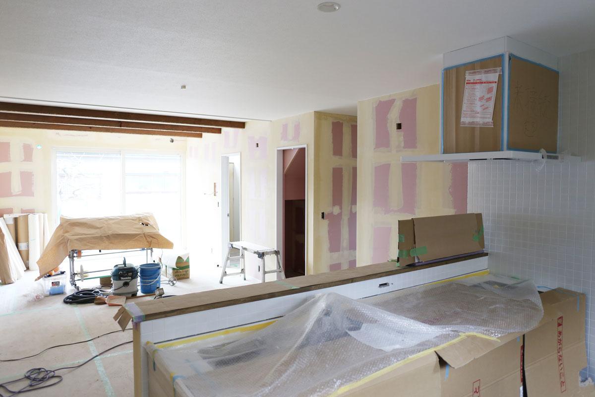 リビング。鶴岡で建築中の二世帯住宅の完成が近づいてきました!壁紙の仕上がりを左右する下地処理も丁寧に施されています。【酒田鶴岡で新築、デザイン住宅、リノベーションの工務店 ナチュラル工房伊藤住宅】