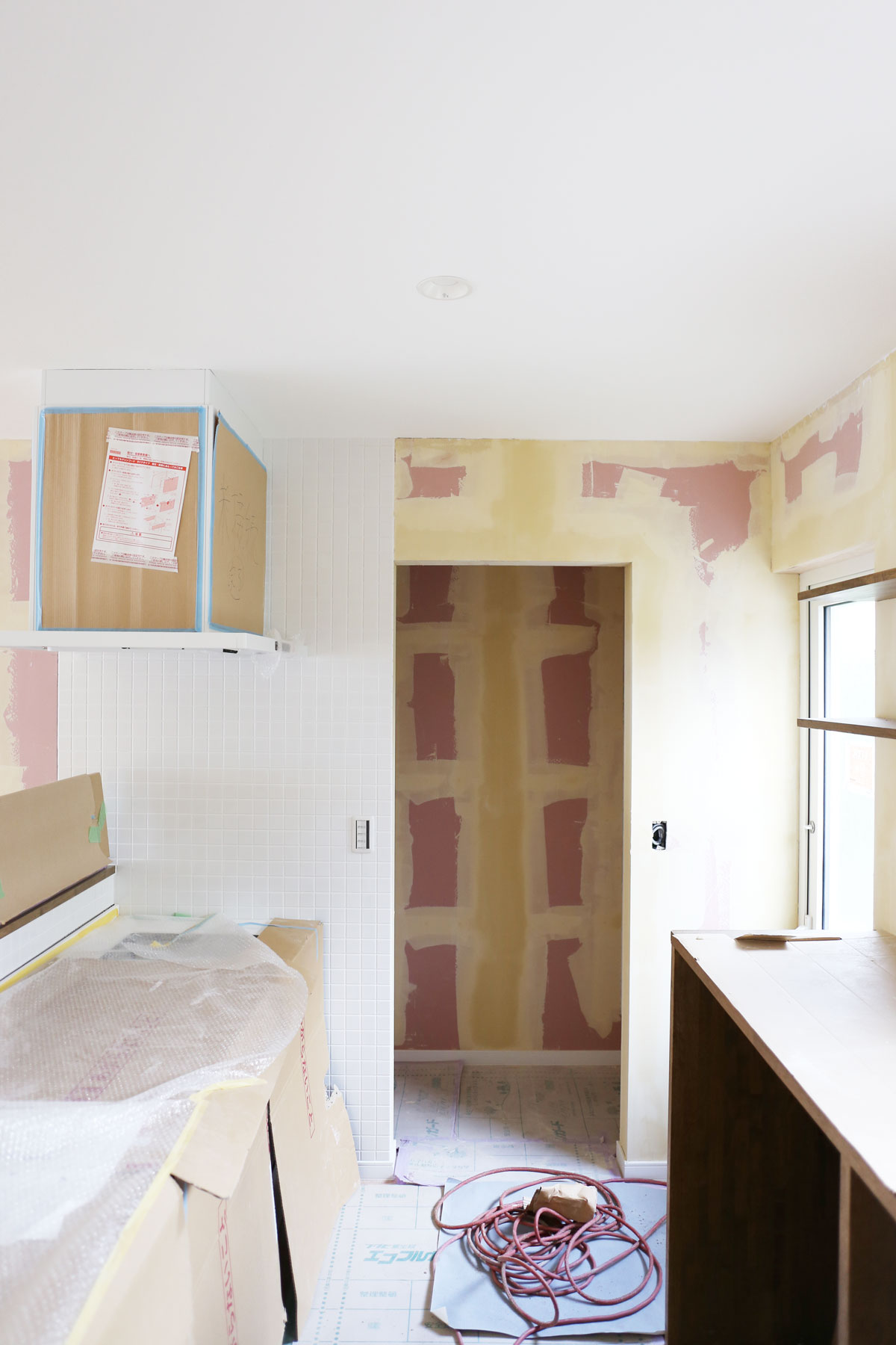 キッチン。鶴岡で建築中の二世帯住宅の完成が近づいてきました!壁紙の仕上がりを左右する下地処理も丁寧に施されています。【酒田鶴岡で新築、デザイン住宅、リノベーションの工務店 ナチュラル工房伊藤住宅】