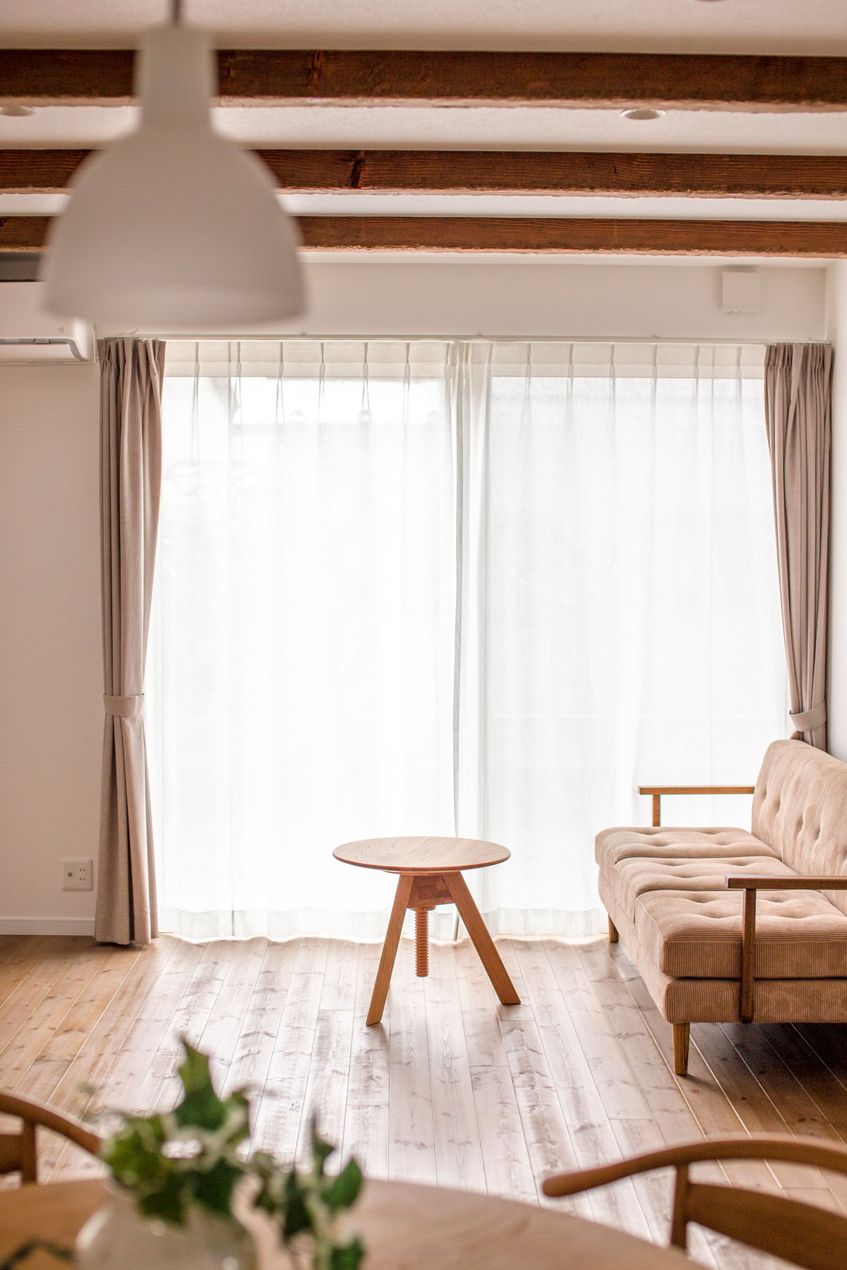 リビング。親世帯&子世帯が楽しく暮らす二世帯住宅。共有スペースを多く設け経済的メリットを生みながらセカンドリビングなどプライベートも確保したナチュラルな雰囲気のお家です。(鶴岡市美原町)【酒田鶴岡で新築、デザイン住宅、リノベーションの工務店 ナチュラル工房伊藤住宅】