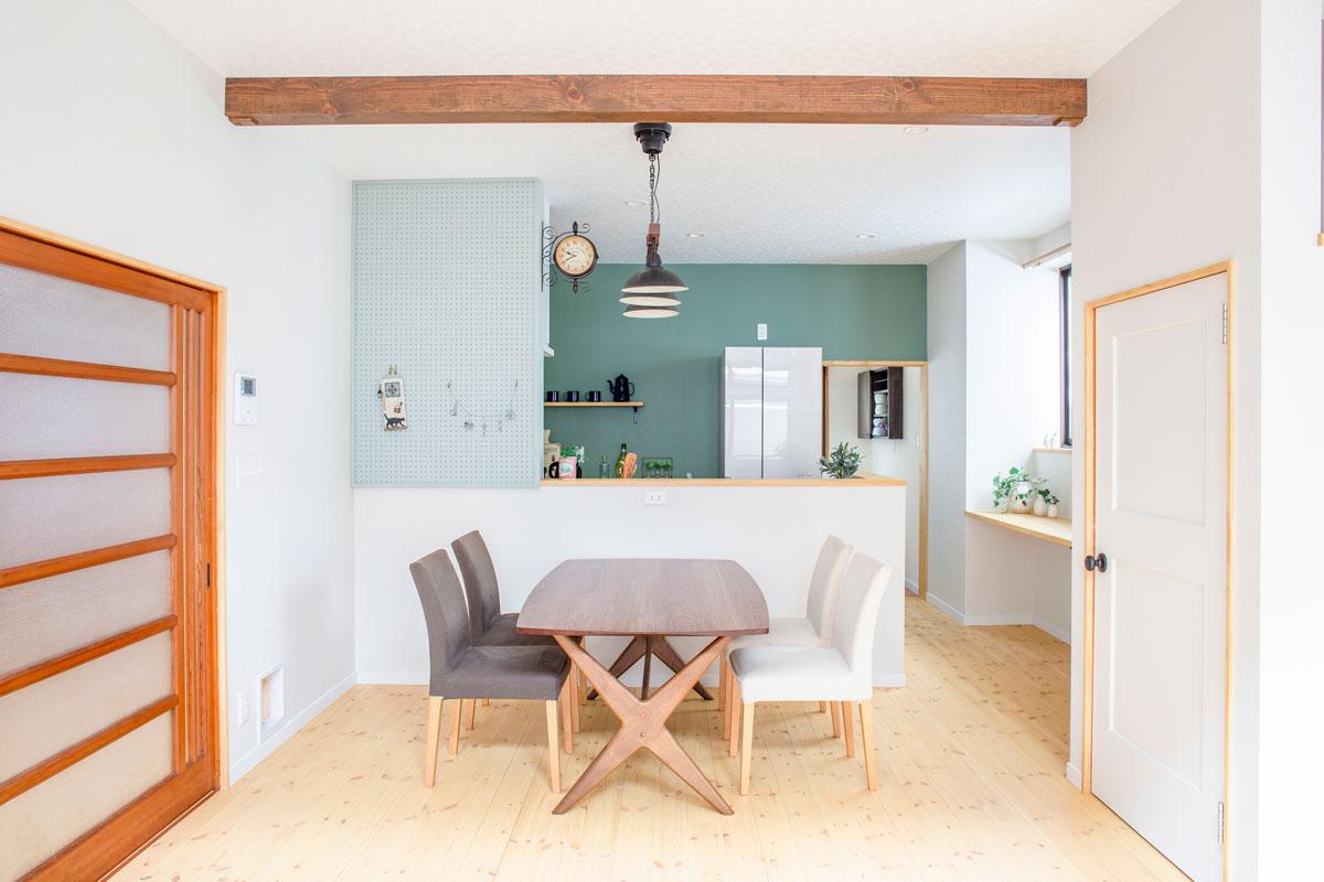 大好きなネコと暮らす、キャットウォークや専用ドアを設けたノベーションのお家。ウッドデッキやDIYのペイント、収納やディスプレイに活躍するパンチングボードも活用しています。(遊佐町)【酒田鶴岡で新築、デザイン住宅、リノベーションの工務店 ナチュラル工房伊藤住宅】