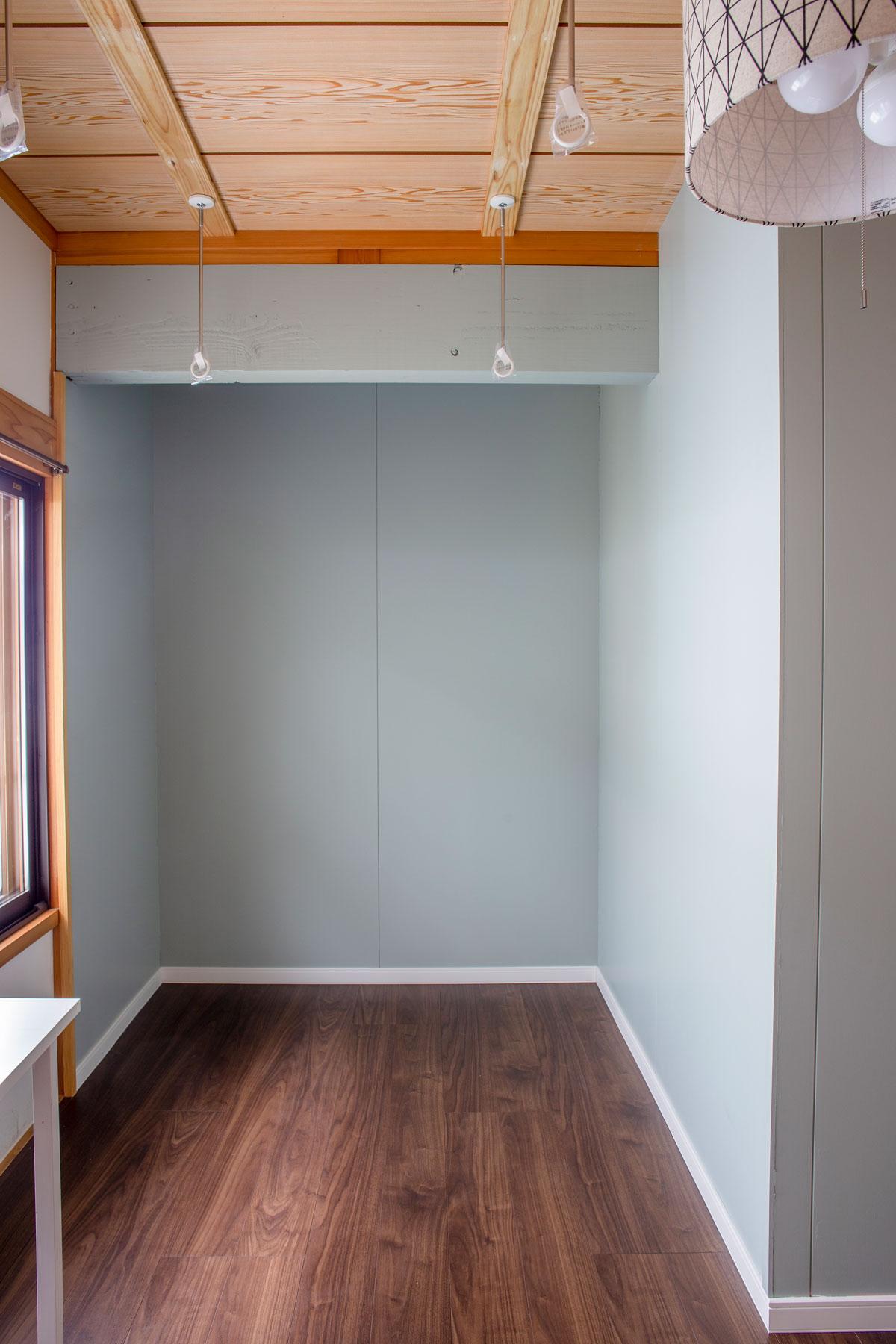 物干しスペース。大好きなネコと暮らす、キャットウォークや専用ドアを設けたノベーションのお家。ウッドデッキやDIYのペイント、収納やディスプレイに活躍するパンチングボードも活用しています。(遊佐町)【酒田鶴岡で新築、デザイン住宅、リノベーションの工務店 ナチュラル工房伊藤住宅】