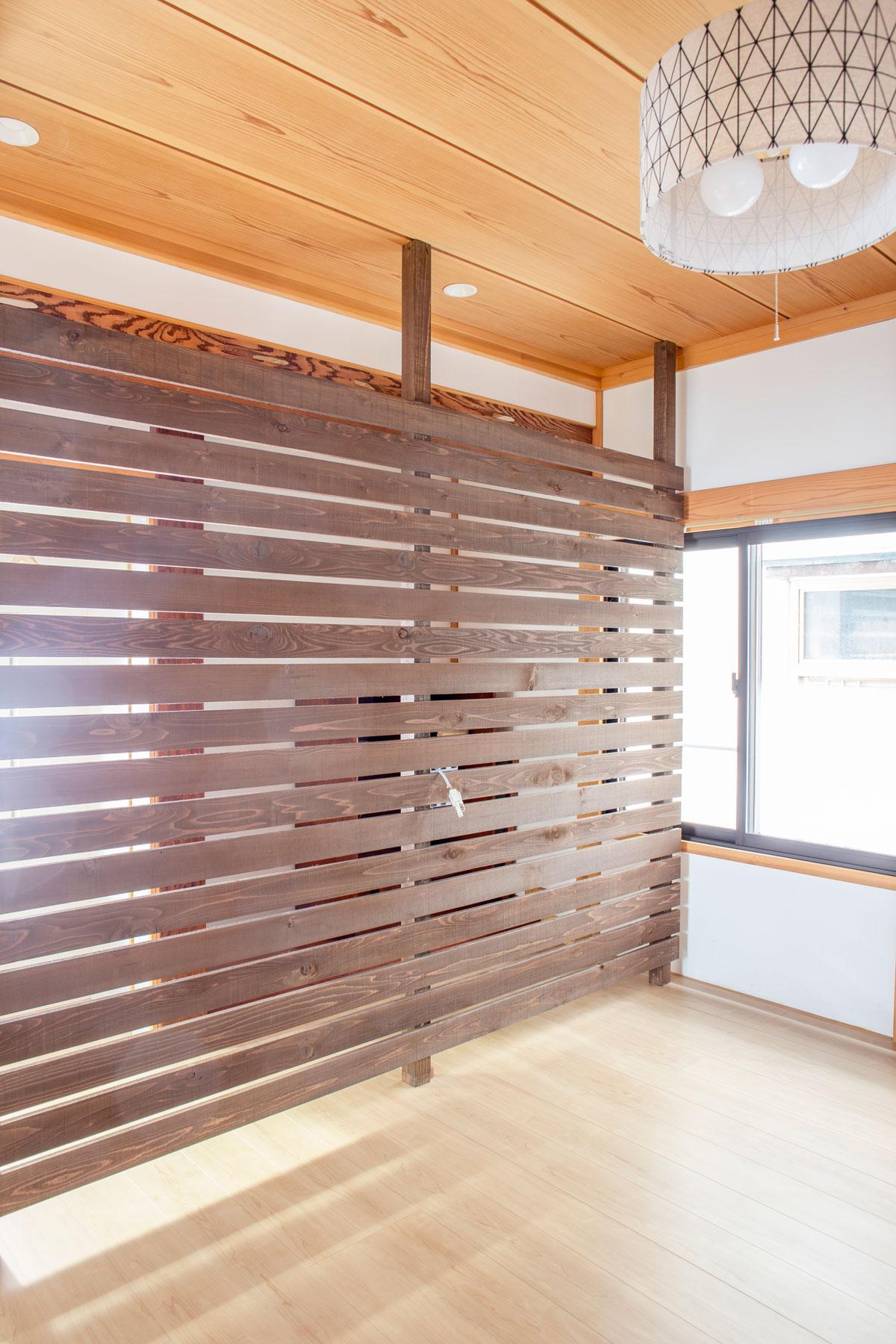 寝室。大好きなネコと暮らす、キャットウォークや専用ドアを設けたノベーションのお家。ウッドデッキやDIYのペイント、収納やディスプレイに活躍するパンチングボードも活用しています。(遊佐町)【酒田鶴岡で新築、デザイン住宅、リノベーションの工務店 ナチュラル工房伊藤住宅】