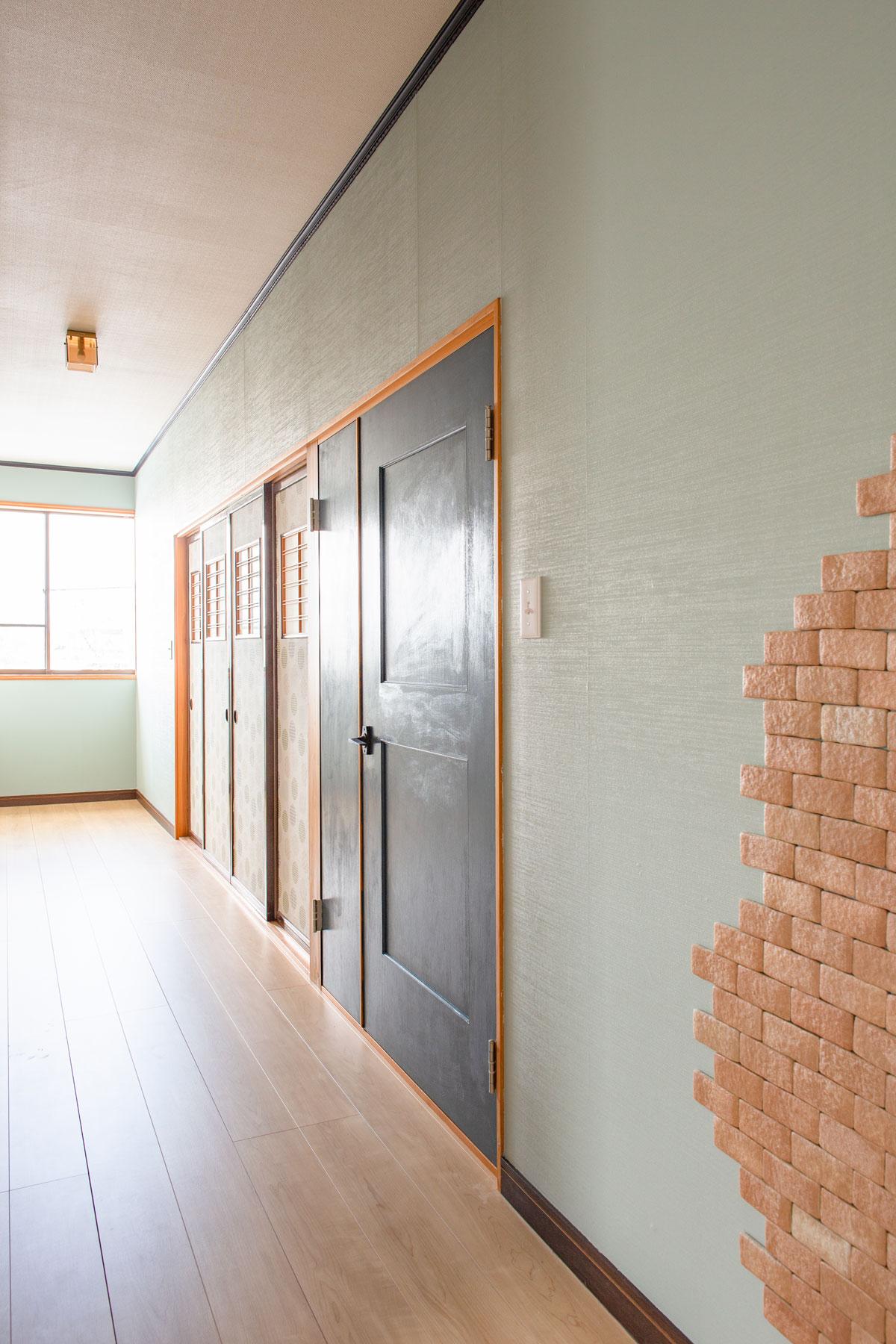 廊下。大好きなネコと暮らす、キャットウォークや専用ドアを設けたノベーションのお家。ウッドデッキやDIYのペイント、収納やディスプレイに活躍するパンチングボードも活用しています。(遊佐町)【酒田鶴岡で新築、デザイン住宅、リノベーションの工務店 ナチュラル工房伊藤住宅】