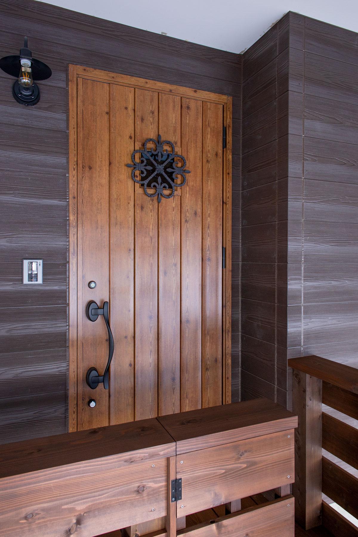玄関ドア。大好きなネコと暮らす、キャットウォークや専用ドアを設けたノベーションのお家。ウッドデッキやDIYのペイント、収納やディスプレイに活躍するパンチングボードも活用しています。(遊佐町)【酒田鶴岡で新築、デザイン住宅、リノベーションの工務店 ナチュラル工房伊藤住宅】