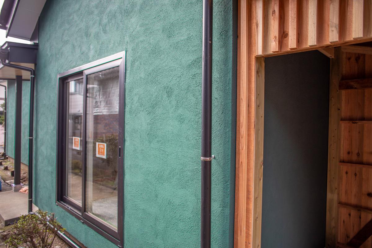 グリーンの塗り壁で変身する平屋リノベーション