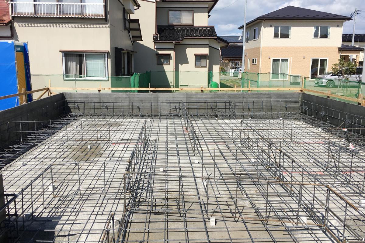 基礎工事の鉄筋が組み上がった様子