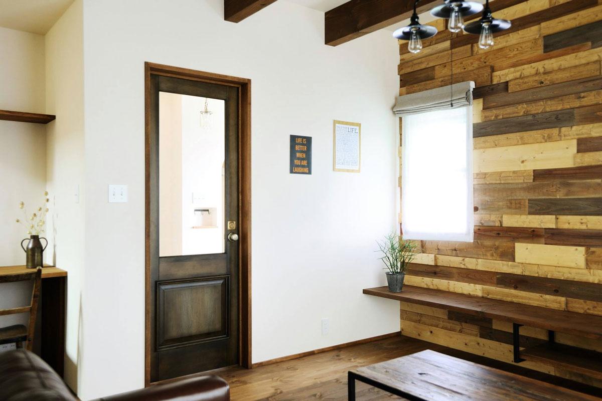 カフェのような雰囲気のリビングドアはカムホーム コラボドア