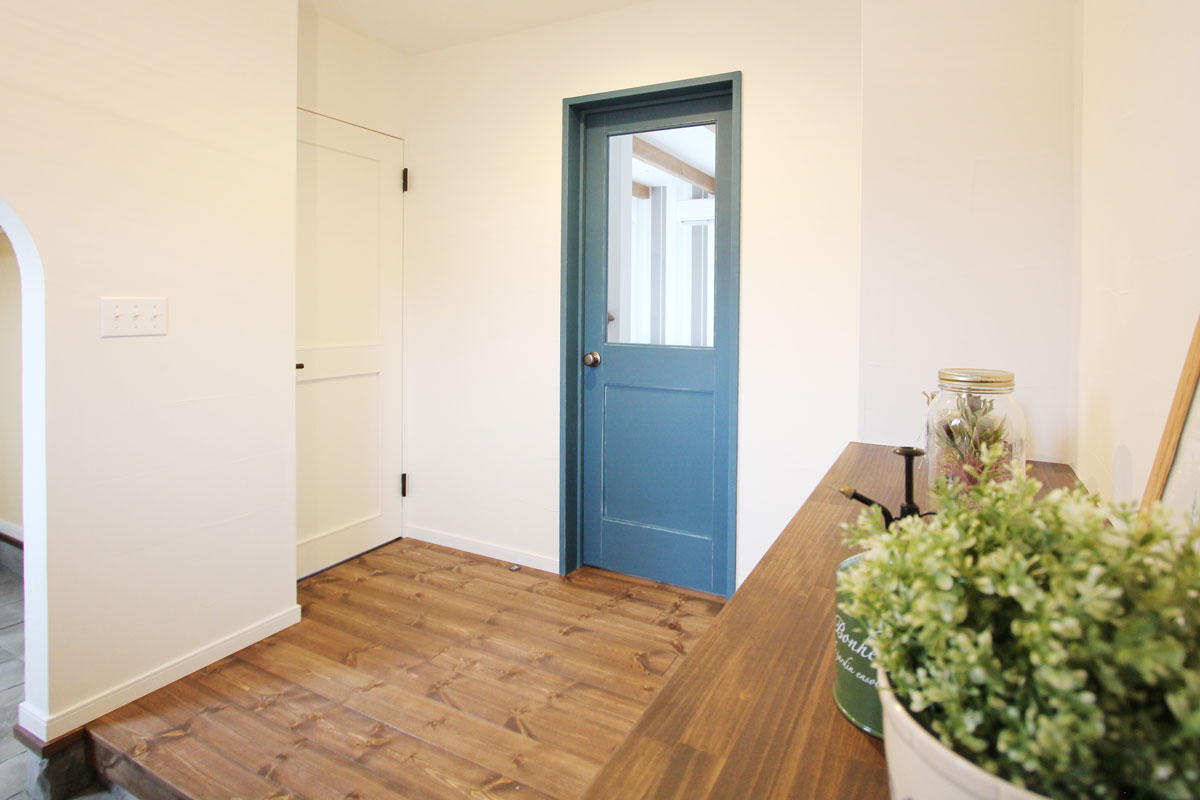 北欧家具との相性も良いインディゴブルーのドア。