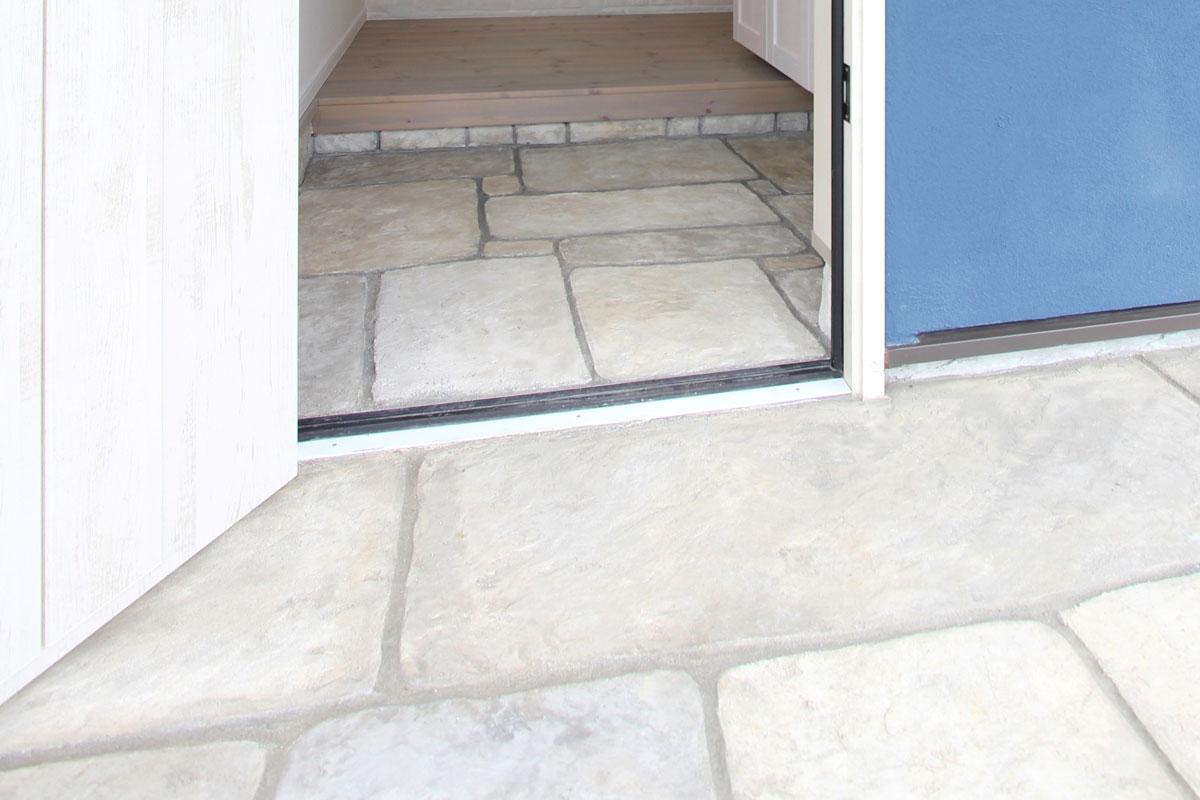 本物の石のような玄関のデザインコンクリート