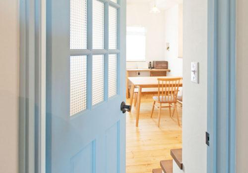 アンティークな雰囲気が似合うママンの家にぴったりのおしゃれなドア