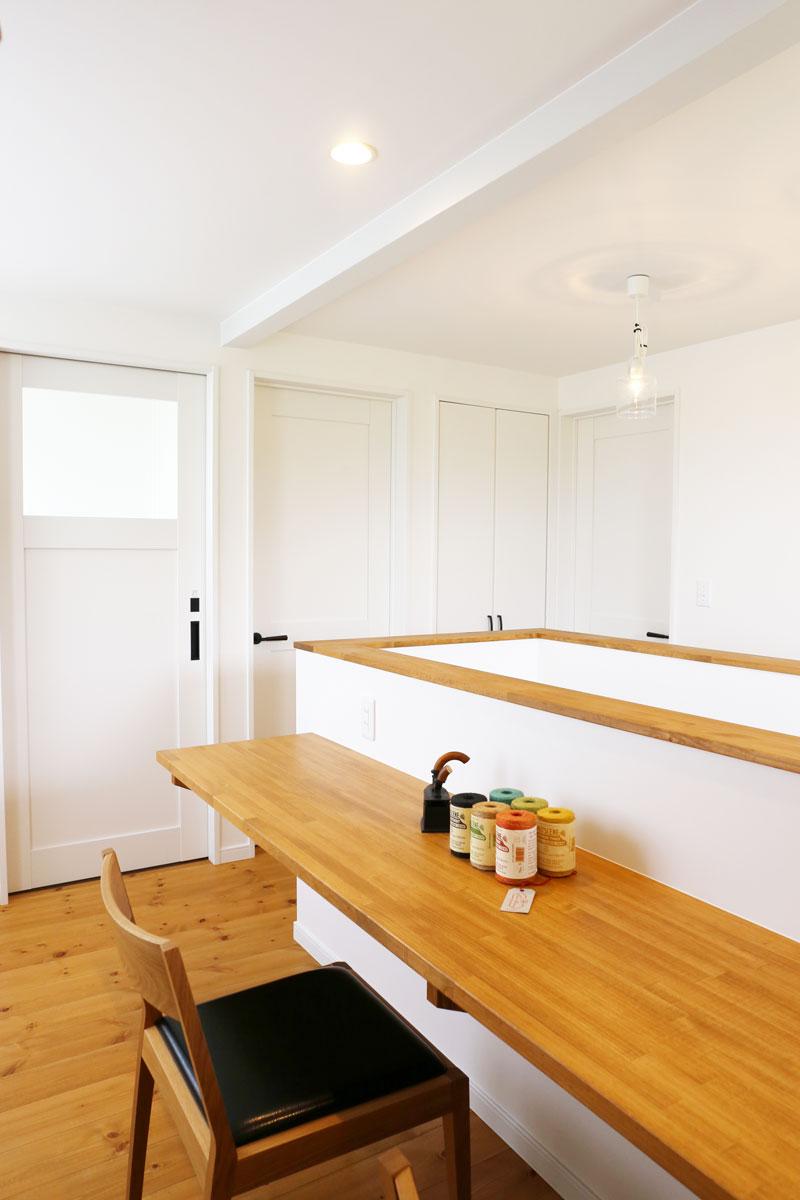 あえて壁をなくすことで広々と開放感のある空間に。デスクでの作業や室内物干しスペース