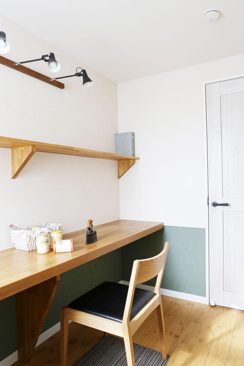 扉を設けることでコンパクトながらもプライベートを確保する独立した書斎