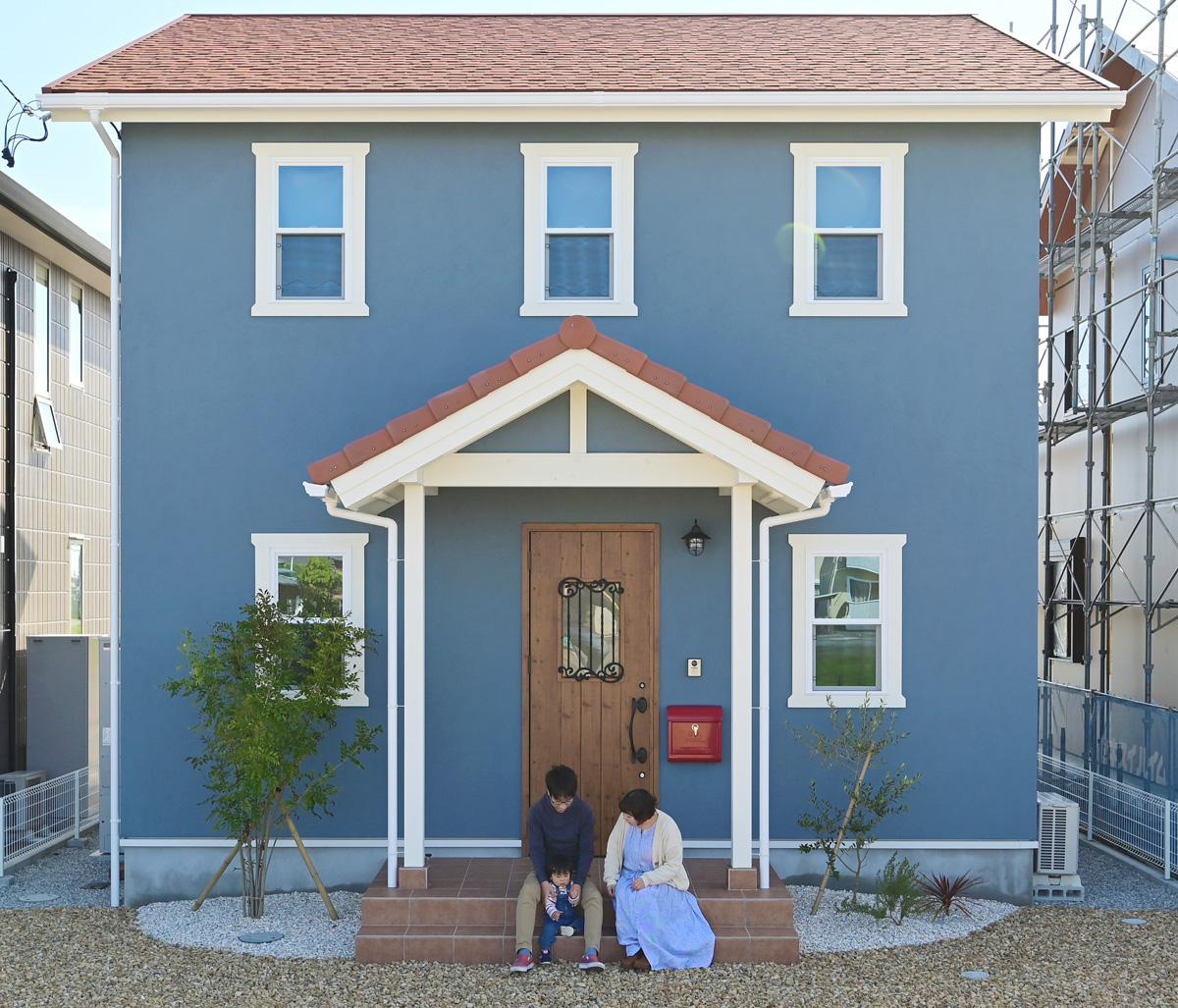 ブルーの塗り壁がおしゃれな北欧テイスト溢れるママンのお家