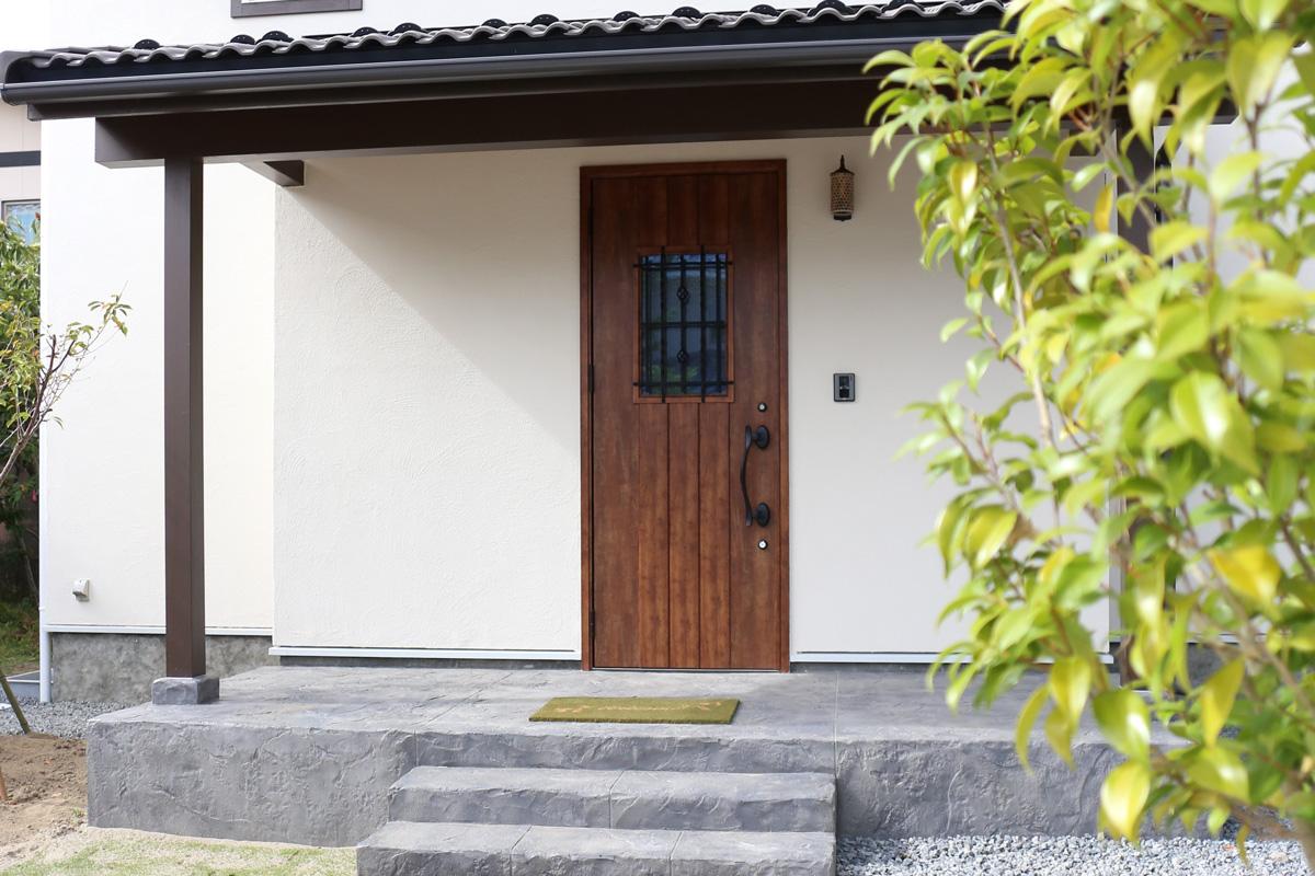お家の印象も変わるおしゃれなドアの施工例