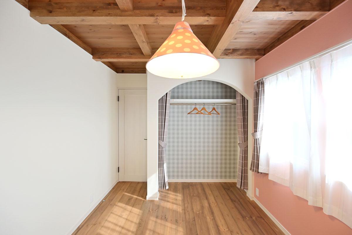 板張りの天井にピンクにペイントされた壁がとっても好相性な子供部屋