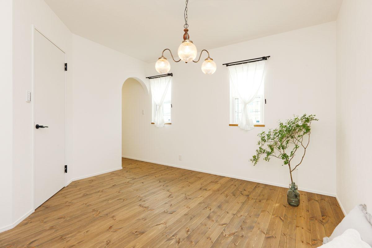 無垢の床やアンティーク調のペンダントライトなどMamanらしい温もりある寝室