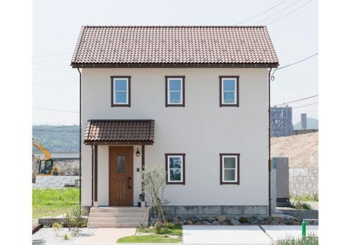白く美しい塗壁の外壁にブラウンの洋瓦を配したMamanらしいナチュラルなお家