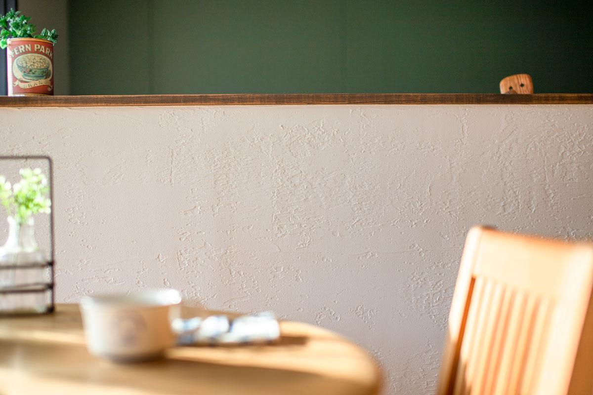 塗り壁仕上げのキッチンカウンター