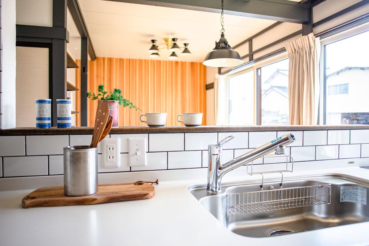 ニューヨークスタイルのタイル貼りがかっこいいキッチン