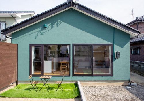 グリーンの塗り壁の外観が美しい平屋リノベーション