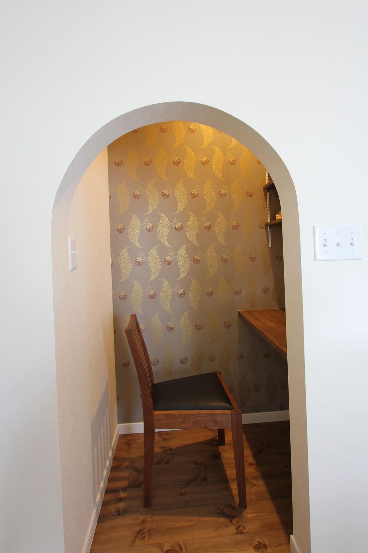 入り口がアールになったかわいい書斎スペース
