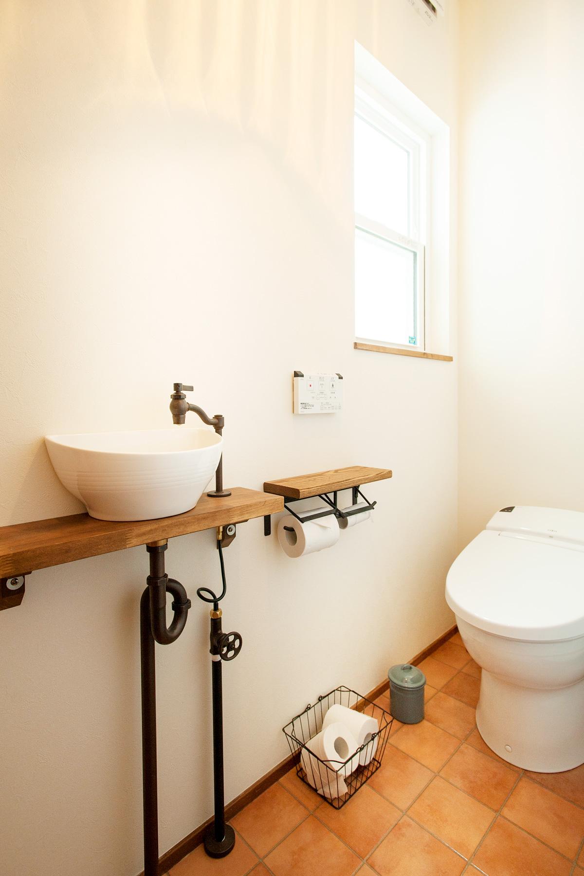 手洗い水栓やボウルのデザインにこだわったトイレ
