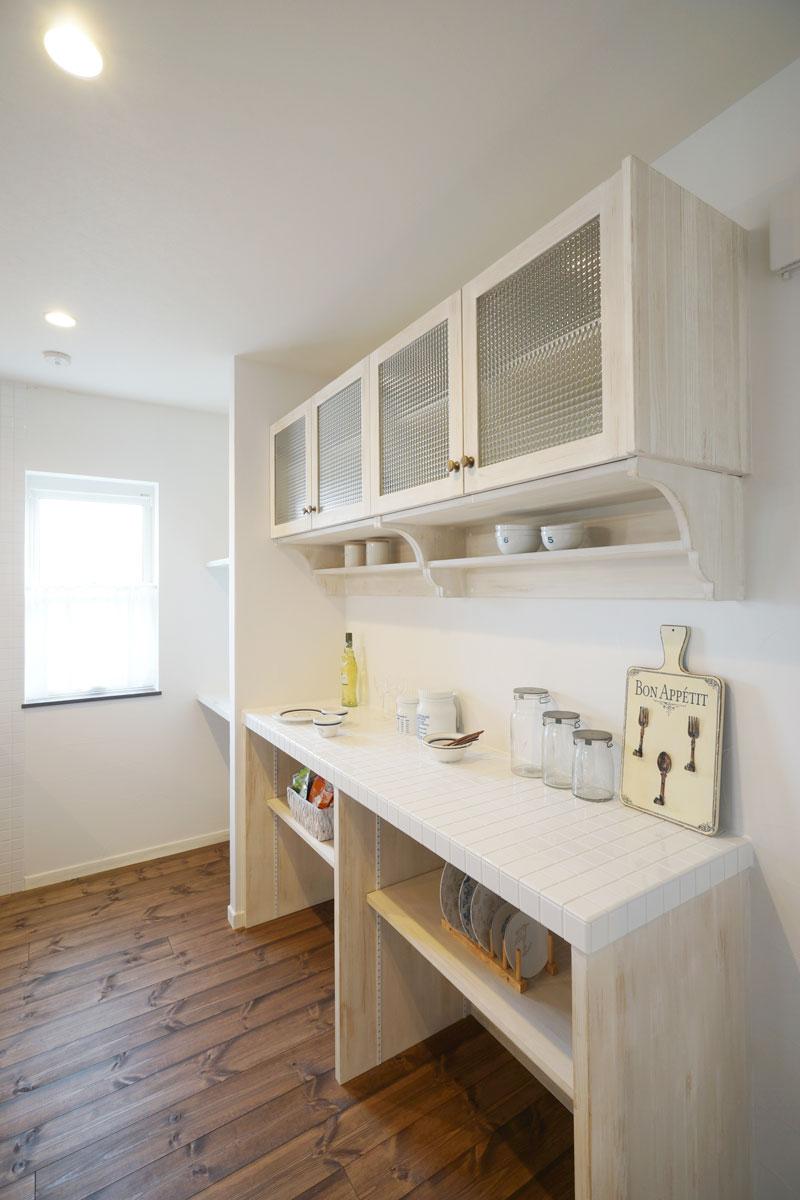 清潔感とアンティークな雰囲気に包まれるおしゃれなキッチンスペース