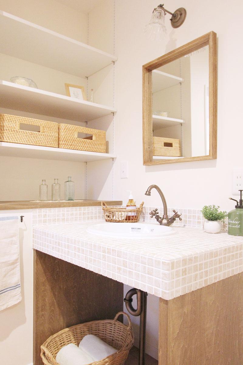 ころんとかわいい洗面ボウルとアンティーク感溢れる水栓との相性もばっちりなタイル貼りのオリジナル洗面台