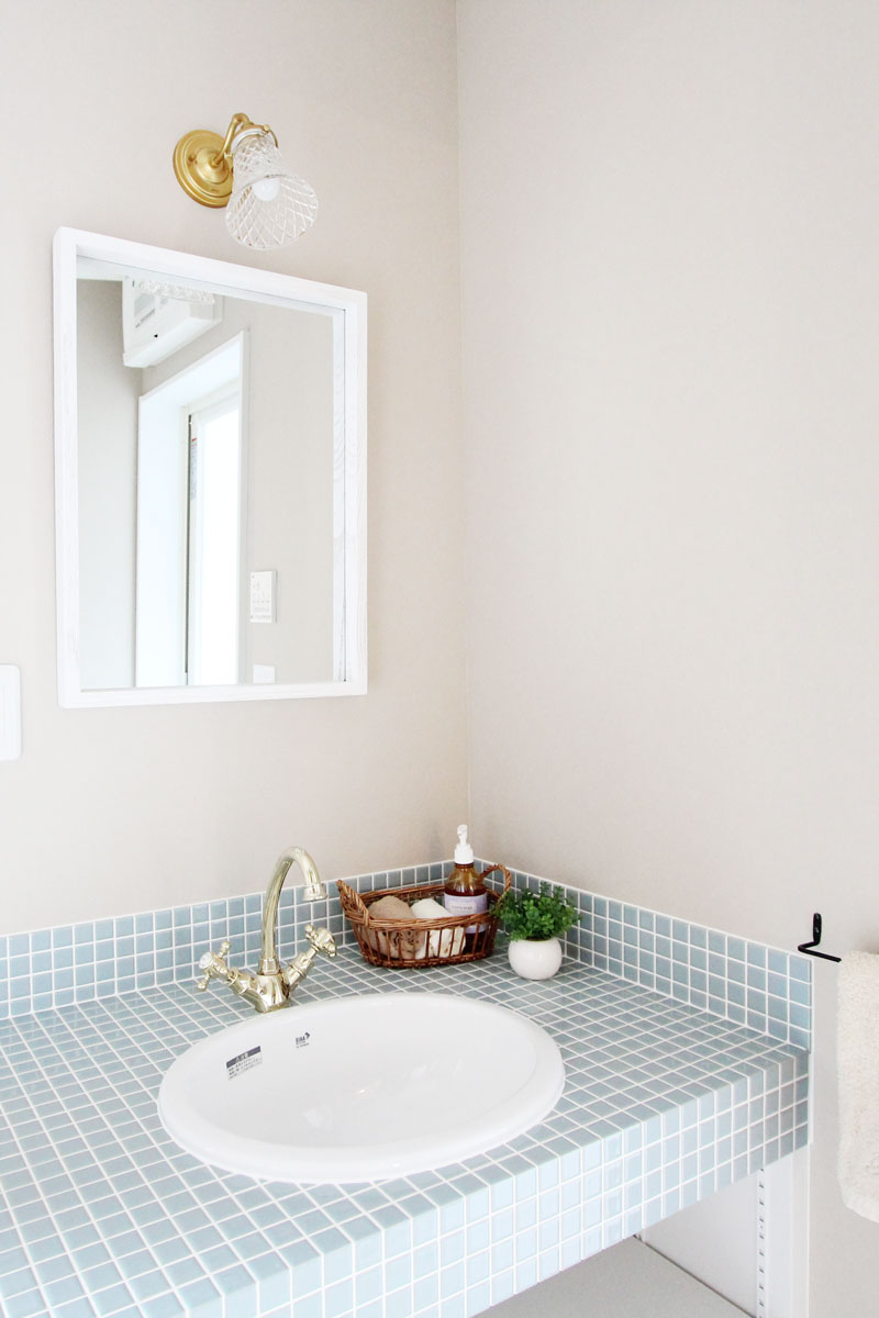 地中海の風を感じられる爽やかなブルーのタイルの洗面台