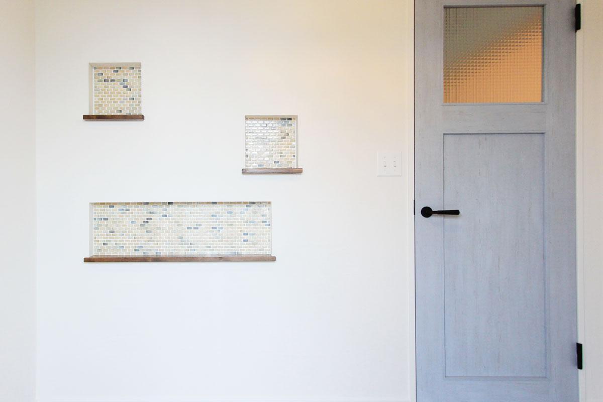 玄関のニッチ棚にモザイクタイルを使用