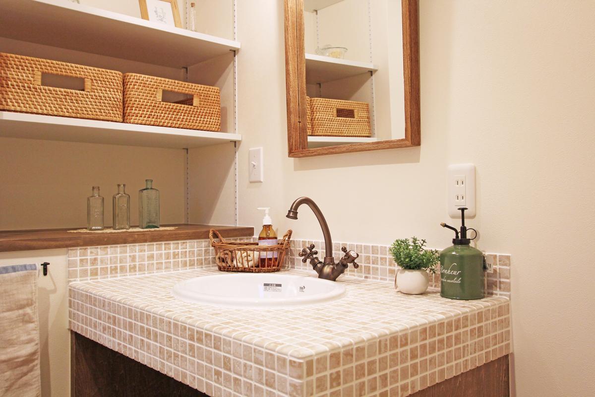 ママンのタイル貼りやデザイン水栓がかわいいオリジナルの造作洗面台