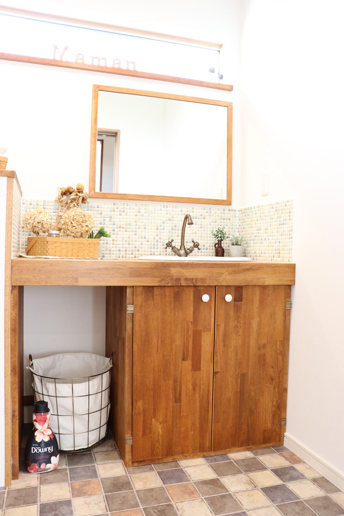 モザイクタイルをあしらったMamanらしい雰囲気のナチュラルな洗面スペース